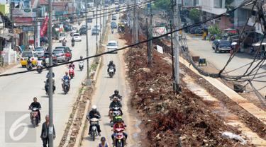 Sejumlah kendaraan melintas di Jalan Raya Siliwangi Pamulang, Kota Tangerang Selatan (Tangsel),Banten, Kamis (12/5). Kondisi jalan tersebut seringkali menimbulkan kemacetan dan menjadikan lokasi tersebut rawan kecelakaan. (Liputan6.com/Helmi Afandi)
