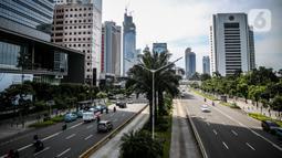 Suasana lalu lintas di kawasan Sudirman, Jakarta, Kamis (4/6/2020). Gubernur DKI Jakarta Anies Baswedan mengatakan dengan perpanjangan Pembatasan Sosial Berskala Besar (PSBB) Jakarta akan memasuki fase transisi selama bulan Juni. (Liputan6.com/Faizal Fanani)