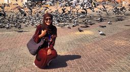 Wanita kelahiran 1997 ini dalam berbagai kesempatan memang jarang terlihat mengenakan hijab. Namun, dalam momen tertentu dirinya kerap mengenakan hijab. Terlebih saat dirinya sedang pergi ibadah Mekah dan Hari Raya Idul Fitri. (Liputan6.com/IG/@ayumaulida97)