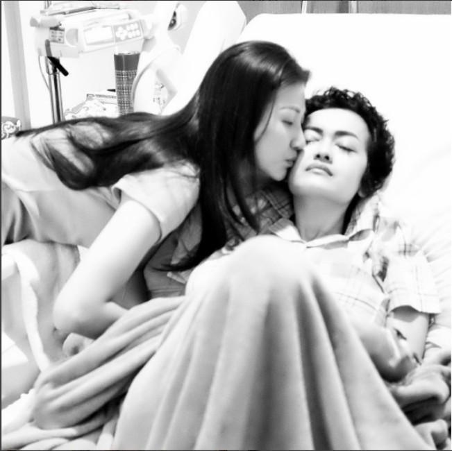 Sarwendah mencium Julia Perez. (Instagram - @sarwendah29)