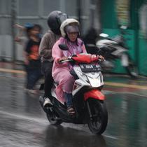 Pengendara roda dua melintas di Jalan Pagarsih, Kota Bandung, Minggu (3/11/2019). BMKG menyebut November sudah memasuki musim hujan di Jawa Barat. (Liputan6.com/Huyogo Simbolon)