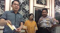 LA ditangkap anggota Polsek Sukarame saat membawa paket sabu ke dalam penjara saat menjenguk pacarnya yang ditahan (Liputan6.com / Nefri Inge)