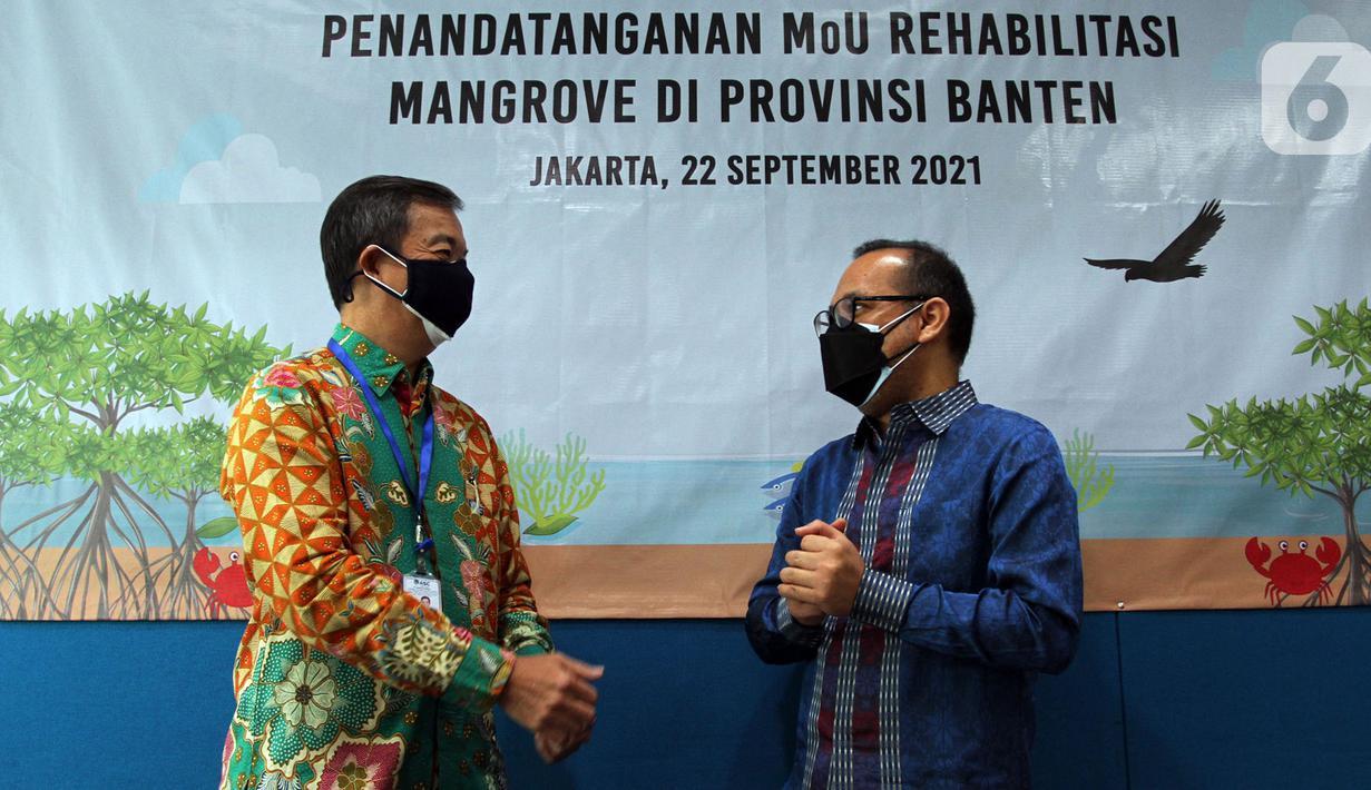 VP Director PT Asahimas ChemicalEddy Sutanto (kiri) dan Direktur Eksekutif Yayasan KEHATI Riki Frindos (kanan) berbincang di sel-sela penandatanganan Nota Kesepakatan Program Mangrove Blue Carbon antara Yayasan KEHATI dengan PT Asahimas Chemical di Jakarta (22/09/2021) (Liputan6.com/HO/Ading)