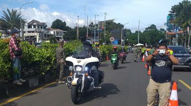 Konvoi moge yang dikawal polisi terobos pemeriksaan antigen di Puncak, Bogor, Jawa Barat. (Liputan6.com/Achmad Sudarno)