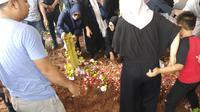 Pemakaman Saphira Indah (Sapto Purnomo/Liputan6.com)
