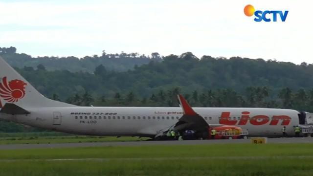 Proses evakuasi badan pesawat Lion Air yang tergelincir di Bandara Jalaluddin Gorontalo, Senin 30 April 2018 malam mulai dilakukan.