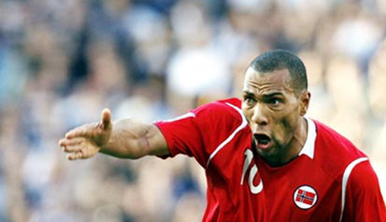 Norway's JOhn Carew calls for the ball against Scotland during their 2010 FIFA World Cup qualifier football match at Hampden Park, in Glasgow, Scotland on October 11, 2008. AFP PHOTO/PAUL ELLIS
