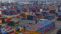 Ratusan peti kemas di area JICT Tanjung Priok, Jakarta, Selasa (18/10). Secara kumulatif, Badan Pusat Statistik (BPS) mencatat Januari-September 2016, nilai ekspor sebesar US$ 104,36 miliar, turun 9,41% (yoy). (Liputan6.com/Angga Yuniar)