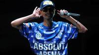 Yuli Sumpil, dirigen Aremania yang dihormati di kalangan suporter klub Malaysia. (Bola.com/Iwan Setiawan)
