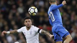 Duel pemain Inggris, Kyle Walker (kiri) dan pemain Italia, Lorenzo Insigne pada laga uji coba di Wembley Stadium, London, (27/3/2018). Italia tahan imbang Inggris 1-1. (AP/Kirsty Wigglesworth)