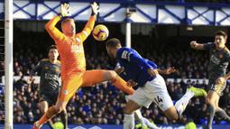 Kiper Leicester City, Kasper Schmeichel, menghadang sundulan pemain Everton, Cenk Tosun, pada laga Premier League di Stadion Goodison Park, Selasa (1/1). Leicester City menang 1-0 atas Everton. (AP/Peter Byrne)