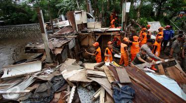 Petugas PPSU Kelurahan Petogogan bersama Satpol PP melakukan penertiban bangunan di bantaran Kali Krukut, Jakarta, Rabu (12/10). Kali Krukut yang terhalang bangunan adalah penyebab banjir parah di Kemang beberapa waktu lalu. (Liputan6.com/Gempur M Surya)