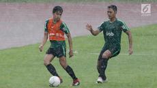 Pemain Timnas Indonesia U-22, Lutfi Kamal mengontrol bola saat berlatih di Stadion Madya, Jakarta, Kamis(24/1). Latihan ini digelar untuk menghadapi Piala AFF U-22. (Bola.com/Yoppy Renato)