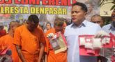 Polisi menghadirkan tersangka dan barang bukti narkoba dalam konferensi pers di Mapolresta Denpasar, Bali, Selasa (23/7/2019). Sat Resnarkoba Polresta Denpasar bersama Satgas CTOC Polda Bali menangkap dua pria asal Australia karena mengonsumsi kokain. (Yuda A Riyanto/AFP)