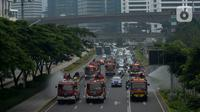 Petugas pemadam kebakaran (Damkar) dengan mobil pemadam melakukan penyemprotan cairan disinfektan di sepanjang jalan Thamrin-Sudirman, Jakarta, Sabtu (28/3/2020). Penyemprotan dilakukan untuk meminimalisir penyebaran COVID-19 di ruang udara dan ruas jalan. (merdeka.com/Imam Buhori)