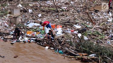 Sejumlah anak mengumpulkan botol-botol plastik yang tersangkut diantara tumpukan sampah di Pintu Air Manggarai, Jakarta, Jumat (26/4). Sampah ini terbawa arus sungai Ciliwung akibat curah hujan yang tinggi di kawasan Bogor dan sekitarnya, Kamis (25/4). (Liputan6.com/Helmi Fithriansyah)