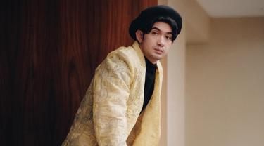Aktor kelahiran 5 Maret 1987 ini mulai dikenal publik saat bermain dalam film Perempuan Berkalung Sorban. Akting Reza Rahadian memang sudah tak diragukan lagi. Hal ini pula yang membuatnya sering berganti-ganti gaya penampilan. (Liputan6.com/IG/officialpilarez)