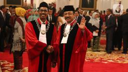 Hakim Mahkamah Konstitusi,  Suhartoyo dan Daniel Yusmic Pancastaki berfoto bersama usai pelantikan di Istana Negara, Jakarta, Selasa (7/1/2020). Presiden Joko Widodo (Jokowi) melantik Suhartoyo dan Daniel Yusmic Pancastaki Foekh sebagai Hakim Konstitusi periode 2020-2025. (Liputan6.com/Angga Yuniar)