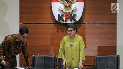 Wakil Ketua KPK Basaria Panjaitan (kanan) bersiap memberi keterangan terkait OTT Kendari di Gedung KPK, Jakarta, Kamis (1/3). Dua tersangka dalam OTT Kendari ialah Wali Kota Kendari Adriatma Dwi Putra dan cagub Sultra Asrun. (Liputan6.com/Herman Zakharia)