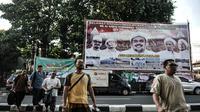 Anggota FPI dari luar daerah melintasi baliho penyambutan Habib Rizieq Shihab saat tiba di Jalan Petamburan III, Tanah Abang, Jakarta, Senin (9/11/2020). Sejumlah pedagang yang menjual beragam atribut FPI pun terlihat berjejer di sepanjang jalan. (merdeka.com/Iqbal S. Nugroho)