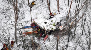 Sebuah helikopter jatuh di pegunungan Prefektur Nagano, Jepang, Senin (6/3). Sembilan orang yang ada di dalam helikopter tersebut dinyatakan tewas. (AP PHOTO)