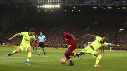 Striker Liverpool, Sadio Mane, berusaha melewati pemain Barcelona pada laga semifinal Liga Champions 2019 di Stadion Anfield, Selasa (7/5). Liverpool menang 4-0 atas Barcelona. (AP/Dave Thompson)