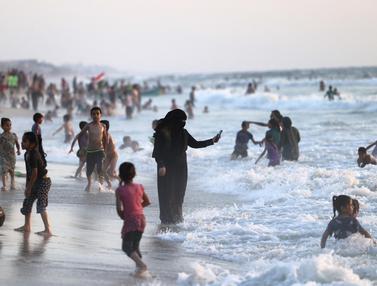 FOTO: Musim Panas, Warga Palestina Habiskan Waktu di Pantai Gaza