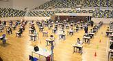 Para pelajar yang memakai masker dan pelindung wajah mengikuti ujian masuk perguruan tinggi di Sale, Maroko, Jumat (3/7/2020). Sebanyak 319 kasus terkonfirmasi baru COVID-19 tercatat di Maroko pada 3 Juli 2020, menambah total kasus di negara tersebut menjadi 13.228. (Xinhua/Chadi)