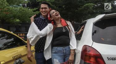 Elly Sugigi bersama pacarnya Irfan Sbaztian mengumbar kemesraan saat menghadiri acara penandatanganan MoU pemberantasan dan penyalahgunaan narkoba di lingkungan artis di Mapolres Metro Jakarta Selatan, Kamis (22/2). (Liputan6.com/Faizal Fanani)