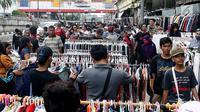 Sejumlah calon pembeli memilih pakaian bekas di kawasan Pasar Senen, Jakarta, Sabtu (24/6). Menjelang lebaran ribuan pakaian bekas membanjiri di kawasan pasar Senen, harga baju yang dijual bervariasi mulai Rp 35000- RP 5000. (Liputan6.com/Angga Yuniar)