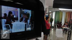Pemain sinetron High School Love Story saat melakukan adegan syuting di Studio MD, Jakarta, Kamis (20/8/2015). Sinetron HSLS sudah tayang sejak 10 Agustus 2015 lalu di SCTV. (Liputan6.com/Herman Zakharia)