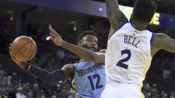 Pemain Memphis Grizzlies,Tyreke Evans (kiri) berusaha memberikan umpan saat dibayangi pemain Warriors, Jordan Bell pada laga NBA basketball games di ORACLE Arena, Oakland (20/12/2017). Warriors menang 97-84. (AP/Ben Margot)