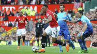 Penyerang Manchester United, Anthony Martial, melewati pemain Arsenal, Hector Bellerin, pada laga Premier League di Stadion Old Trafford, Senin (30/4/2018). Manchester United menang 2-1 atas Arsenal. (AP/Rui Vieira)