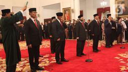Anggota Dewan Pertimbangan Presiden (Wantimpres) diambil sumpahnya saat dilantik di Istana Negara, Jakarta, Jumat (13/12/2019). Presiden Joko Widodo atau Jokowi resmi melantik sembilan anggota Wantimpres. (Liputan6.com/Angga Yuniar)