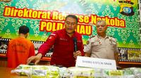 Direktur Reserse Narkoba Polda Riau Kombes Suhirman memperlihatkan barang bukti sabu yang disita dari dua tersangka. (Liputan6.com/M Syukur)