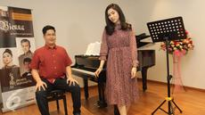 Pianis Jonathan Kuo dan Isyana Sarasvati berpose sebelum perform konser Vienna at the Turn of 19th Century, di Jakarta, Rabu (3/5). Konser yang digelar selama dua jam akan berlangsung di Aula Simfonia, Kemayoran Sabtu (6/05). (Liputan6.com)