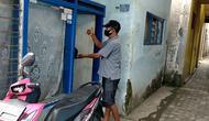 Pengurus RW di Kelurahan Gadang, Kota Malang, mengantar makanan untuk warga mereka yang sedang menjalani isolasi mandiri karena positif Covid-19 (Liputan6.com/Zainul Arifin)