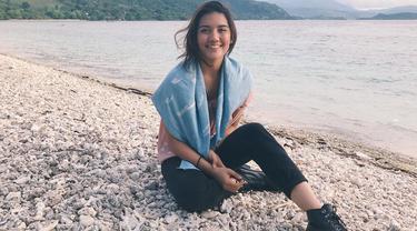Disetiap kesempatan seperti saat mengisi acara maupun liburan, Monita kerap mengunggah foto dirinya. Penampilannya pun terlihat sederhana tetapi tetap modis dan cantik. (Liputan6.com/Instagram/@monitatahalea)
