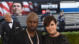 Bintang reality TV yang juga ibu dari sosilaita Kim Kardashian, Kriss Jenner ditemani Corey Gamble tiba di ajang Met Gala 2016 di Metropolitan Museum of Art, New York City, Senin (2/5). Keduanya tampil mengenakan warna hitam. (TIMOTHY A. CLARY / AFP)
