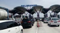 Antrean kendaraan memasuki gerbang Tol Palimanan pada libur Natal 2016. (Liputan6.com/Panji Prayitno)