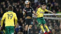 Bek Chelsea, David Luiz (tengah) menghalau bola dari pemain Norwich City, Alex Pritchard (kanan) pada laga Piala FA di Carrow Road, Norwich, (6/1/2018). Chelsea bermain imbang 0-0 dengan Norwich. (AFP/Adrian Dennis)