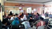 Pasien BPJS PBI tengah mengantre obat di RSUD Margono, Banyumas, Jawa Tengah. (Foto: Liputan6.com/Muhamad Ridlo)