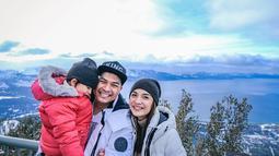 Tak hanya berdua, Chelsea dan Gleen juga mengajak anak semata wayangnya, Nastusha. Keluarga bahagia itu juga mengunjungi tempat populer di sana. Kali ini ketiganya menjelajahi keindahan danau Tahoe, Caliornia. (Liputan6.com/IG/@chelseaoliviaa)