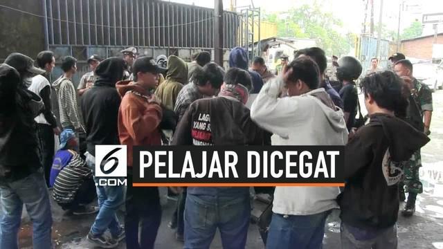 Petugas gabungan Polri dan TNI melakukan pencegatan terhadap puluhan pelajar asal Kota Tangerang yang hendak menuju Jakarta. Mereka akan berdemo di depan Gedung DPR RI, Senin (30/9/2019).