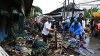 Petugas gabungan bersihkan lumpur dan sampah dampak banjir di Tangerang
