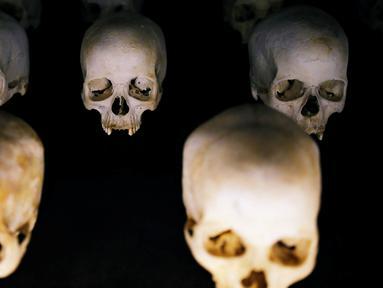 Tengkorak korban genosida tersimpan dalam Museum Peringatan Genosida Gisozi di Kigali, Rwanda (6/4). Museum ini didirikan untuk mengenang masa lalu kelam yang bersejarah di Rwanda. (REUTERS/Baz Ratner)
