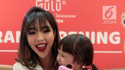 Tawa selebritas Gisella Anastasia bersama sang anak Gempita Nora Marten saat menghadiri pembukaan stan produk minuman di Jakarta, Jumat (23/3). Gisel mengaku sedih jika bekerja tidak dengan Gempi. (Liputan6.com/Faizal Fanani)