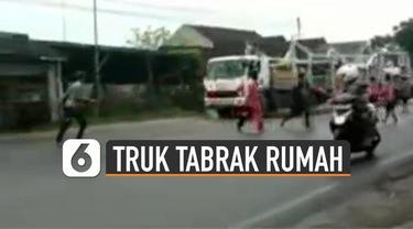 Ngeri video detik-detik truk tabrak bangunan rumah di pinggir jalan karena menghindari bocah-bocah di tengah jalan.