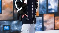 Angga Yunanda memang cukup sering memadukan kaus dengan jaket. Meski begitu, gaya kasual dari Angga ini tetap terlihat stylish dan menawan. (Liputan6.com/IG/@anggayunandareal16)