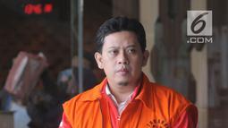 Bupati nonaktif Cianjur Irvan Rivano Muchtar usai menjalani pemeriksaan lanjutan di Gedung KPK, Jakarta, Selasa (2/4). Irvan diperiksa sebagai tersangka untuk pelengkapan berkas dalam kasus dugaan menerima suap anggaran pendidikan dari para kepala sekolah di Cianjur. (merdeka.com/Dwi Narwoko)
